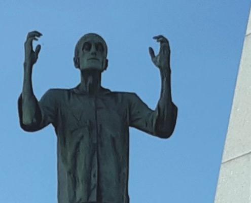 """Autorem sochy """"Vězeň"""" je český sochař Antonín Nikl, který byl v Mathausenu vězněn po celou dobu války"""