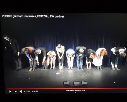 Stále ještě neobvyklé děkování herců (nepřítomnému) publiku