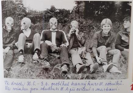 Žáci zkouší plynové masky.