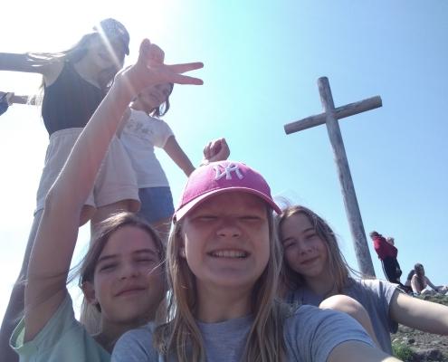 dívky se smějí u kříže