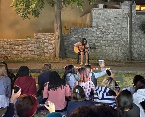 Open mic aneb studentský koncert: od poezie přes zpěv a hru na nástroje až po tanec.