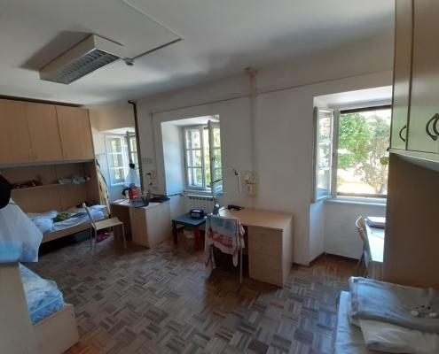 Takto vypadá můj pokoj, který sdílím s dalšími dvěma studentkami. Jedna je z Iráku a druhá z Keni.